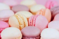 蛋白杏仁饼干的不同的类型在桃红色背景的 库存照片