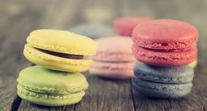 蛋白杏仁饼干五颜六色在木地板上 免版税库存图片