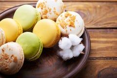 蛋白杏仁饼干和棉花花在木桌上 免版税库存照片