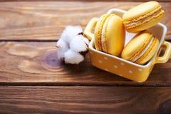 蛋白杏仁饼干和棉花花在木桌上 库存照片