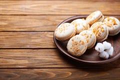 蛋白杏仁饼干和棉花花在木桌上 图库摄影