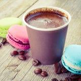 蛋白杏仁饼干和浓咖啡咖啡杯在老木土气桌上 免版税库存照片