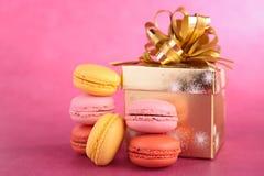 蛋白杏仁饼干和礼物盒 库存图片