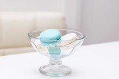 蛋白杏仁饼干在甜点的一个玻璃花瓶在一个白色桌家 免版税库存照片