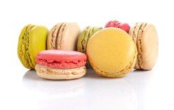 蛋白杏仁饼干或macaron在白色背景 免版税库存图片