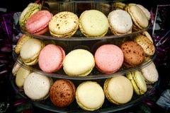 蛋白杏仁饼干混合药剂在面包点心店的曲奇饼显示 免版税库存照片