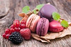 蛋白杏仁饼干用莓果 图库摄影