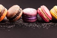 蛋白杏仁饼干行在黑色的 免版税库存图片
