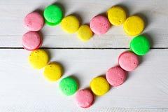 蛋白杏仁饼干被计划以心脏的形式 免版税库存图片