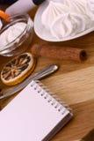 蛋白甜饼、柠檬和桂香在木backgroubd 免版税库存照片