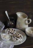 蛋白甜饼用巧克力汁和坚果 库存照片