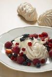蛋白甜饼用新鲜的莓果 库存照片