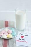 蛋白甜饼用牛奶在华伦泰` s天 免版税库存图片