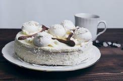 蛋白甜饼蛋糕和一杯咖啡 库存图片