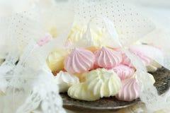 蛋白甜饼蛋糕和鞋带 库存图片