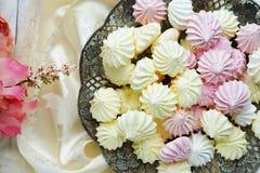 蛋白甜饼蛋糕和鞋带 免版税库存照片