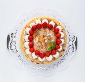 蛋白甜饼蛋糕用如被切开被隔绝的草莓酸奶 库存照片