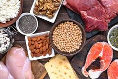 蛋白质食物的-肉、禽畜、鸡蛋、牛奶店、坚果和豆自然富有 健康食物和饮食概念 免版税库存照片