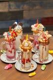 蛋白软糖与打好的奶油的奶昔鸡尾酒,曲奇饼,奶蛋烘饼,款待 免版税库存图片