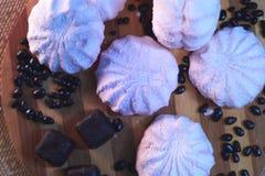 蛋白软糖和其他甜点在一幅木背景静物画 库存照片