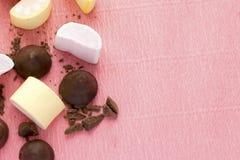 蛋白软糖和巧克力在桃红色背景与拷贝空间 五颜六色的marshmellow和甜点墙纸纹理  免版税图库摄影