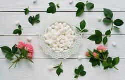 蛋白软糖和玫瑰 免版税库存照片
