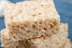 蛋白软糖和酥脆米特写镜头自创酒吧  免版税库存照片