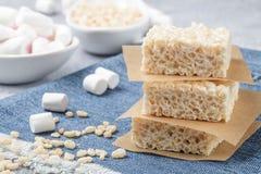 蛋白软糖和酥脆米自创酒吧  免版税图库摄影