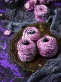 蛋白软糖圆的片断用蓝莓 免版税库存照片