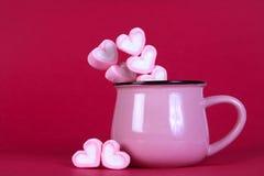 蛋白软糖在桃红色背景的心脏形状 免版税库存照片