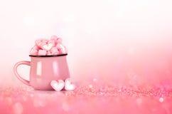 蛋白软糖在桃红色背景的心脏形状 免版税库存图片