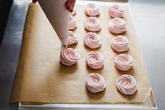 蛋白软糖大量的挤压从烹饪袋子的 库存图片