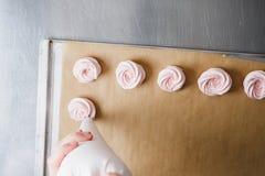蛋白软糖大量的挤压从烹饪袋子的 免版税库存照片