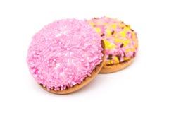 蛋白软糖曲奇饼用五颜六色的糖洒 免版税库存照片