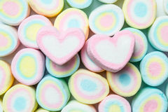蛋白软糖甜心形状在五颜六色的marshmellow backgr的 库存图片