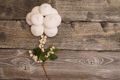 蛋白软糖用在木桌上的莓果 罗斯 库存图片