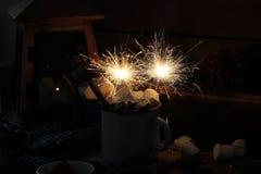 蛋白软糖用热巧克力和闪烁发光物 免版税库存照片
