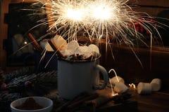 蛋白软糖用热巧克力和闪烁发光物 免版税图库摄影