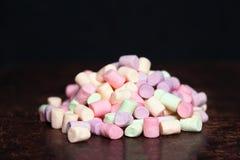 蛋白软糖白色和桃红色在黑暗的背景 巨大,大marshm 图库摄影