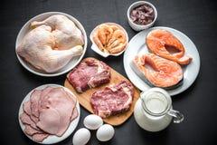 蛋白质饮食:在木背景的初级产品 免版税库存照片