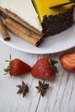 蛋糕、咖啡和新鲜的莓果 免版税库存照片