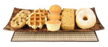 蛋糕、曲奇饼、油炸圈饼和waffels在板材 免版税库存图片