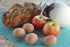 蛋糕、果子和水罐 免版税库存图片