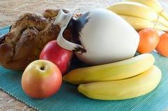 蛋糕、果子和水罐 免版税库存照片