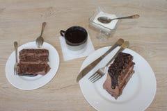 蛋糕、糖和咖啡在桌上 免版税库存图片