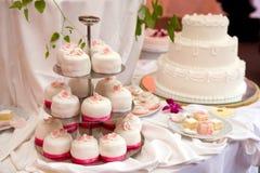蛋糕三有排列的婚礼 免版税图库摄影