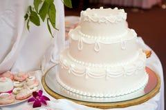 蛋糕三有排列的婚礼 免版税库存照片