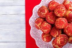 蛋糕与红色草莓碎屑的shu小饼 免版税库存图片