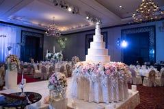 蛋糕为婚礼美妙地被安排了 图库摄影