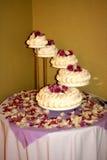 蛋糕五有排列的婚礼 免版税库存照片